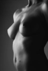Размер груди менее важен, чем ее форма. Идеальная грудь должна быть направлена вверх, с более полной частью внизу
